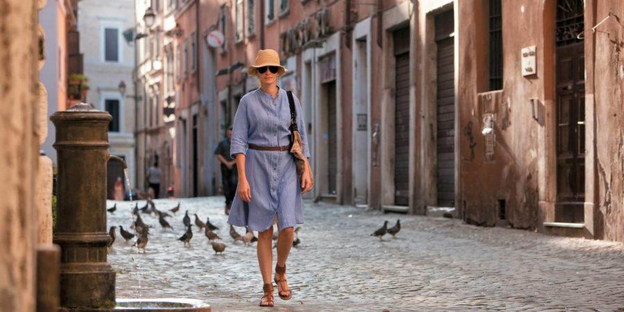 Cena do filme Comer, Rezar, Amar que mostra a personagem Liz Gilbert em viagem para a Itália.